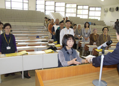 受講生を代表して受講生証を受け取る浜砂幾代さん 受講生を代表して受講生証を受け取る浜砂幾代さん
