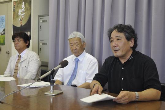 記者会見で話す指揮者の末廣誠さん(右)
